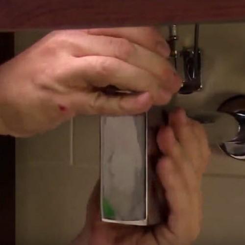 Установка переливного стакана под умывальником