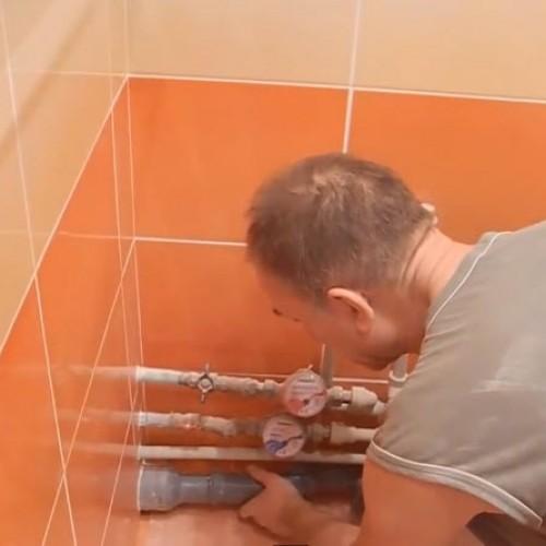 Установка труб канализации для ванны