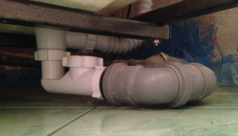 Борьба с запахом из канализации и способы её устранения